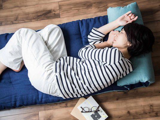 たまにはゴロ寝タイムも必要。のんびり寝ころぶためにおすすめのアイテム