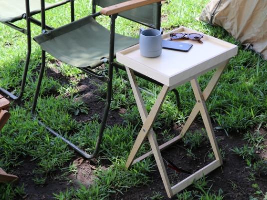アウトドアでも使いやすい、厚みわずか4cmの折りたたみテーブル