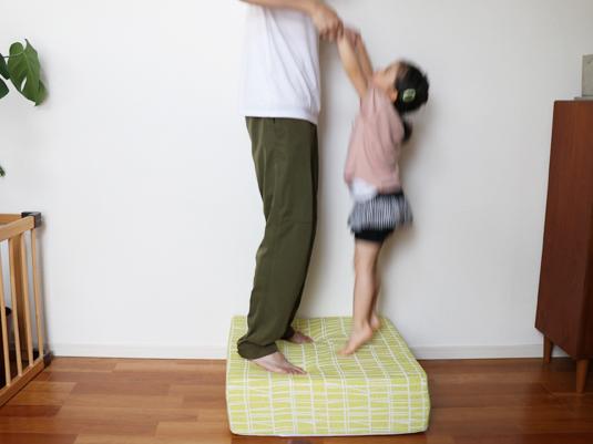 家族全員の運動不足が解消!飛んでも静かなトランポリンソファ