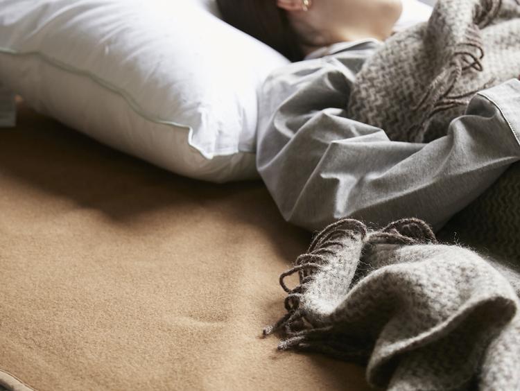 あたたかさが違う!お手入れも楽なキャメル敷き毛布